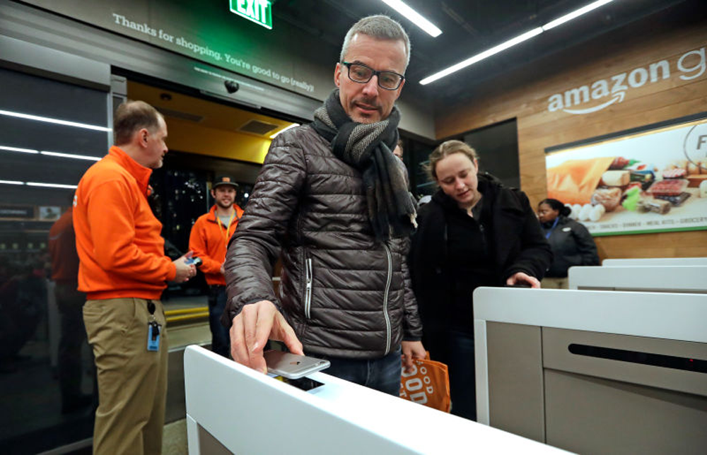 amazon go-man-paying-for-the-goods-with-amazon-app