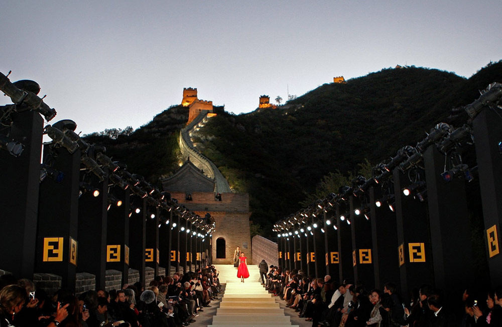 Mega Fashion Shows - Karl Lagerfeld - Fendi great wall of china fashion show