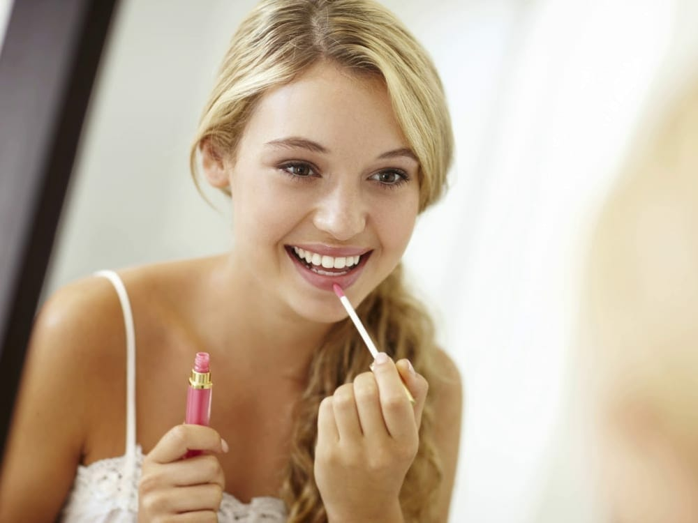 Top 5 Vegan Lipstick Types - blonde girl with pink lipstick